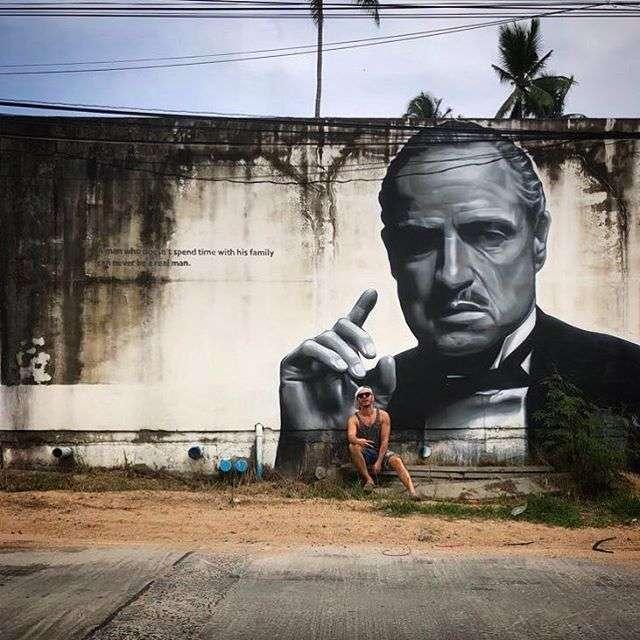 «Как котенка гладит»: Тимур Родригез удачно вписался в кадр с граффити