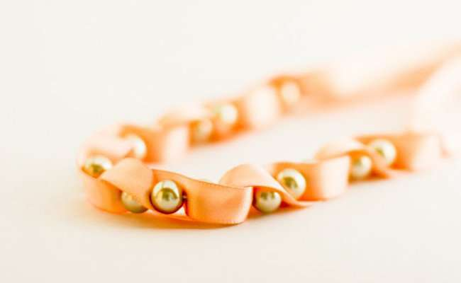 Милое ожерелье из лент и бусин от Anne Weil.