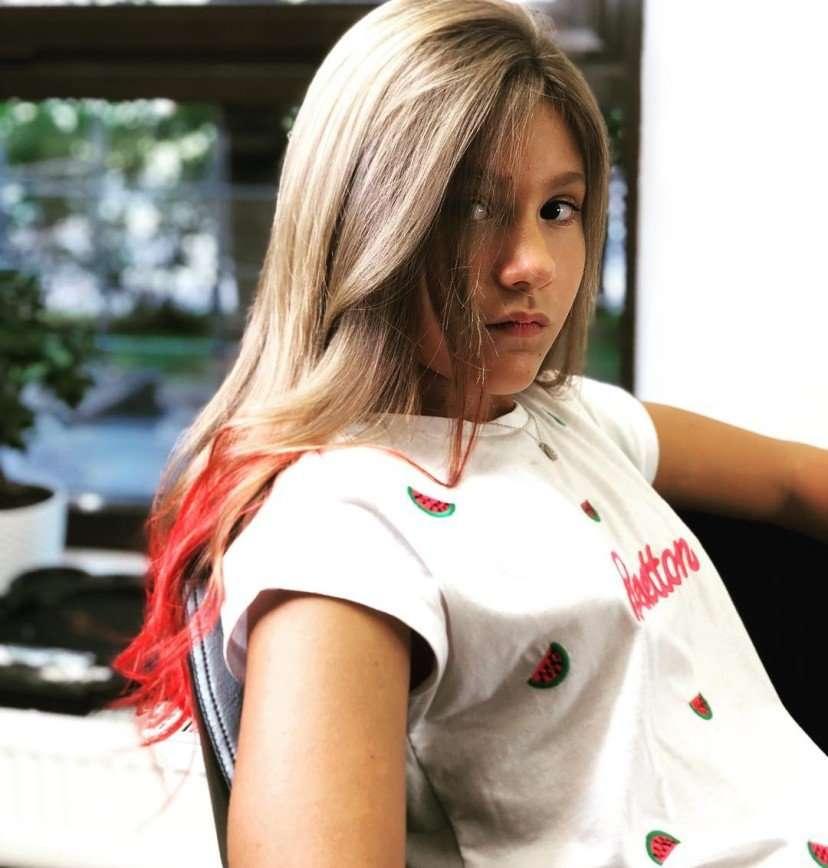 «А не рано?»: Дана Борисова перед школой покрасила дочке волосы в красный цвет