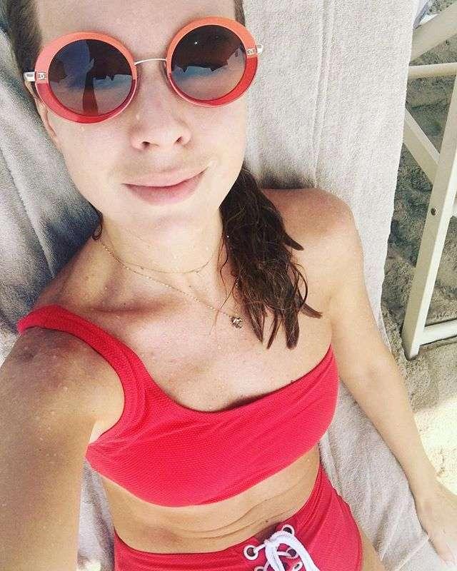 Наталья Подольская показала шикарную фигуру в красном бикини
