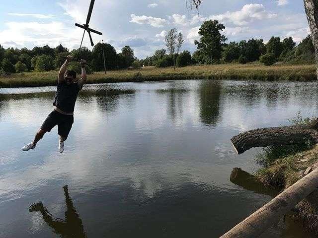 Счастье в мелочах: Данила Козловский вспомнил детские годы, катаясь на «тарзанке»