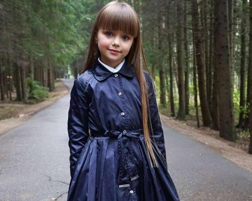 Настя Князева получила подарок от поклонницы в школе