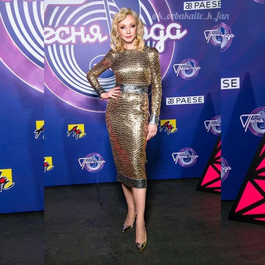 Кристина Орбакайте в роскошном золотом платье выступила на «Песне года»
