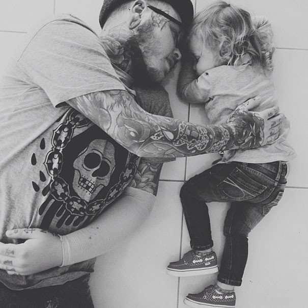 Брутальная любовь: фото младенцев и их татуированных родителей