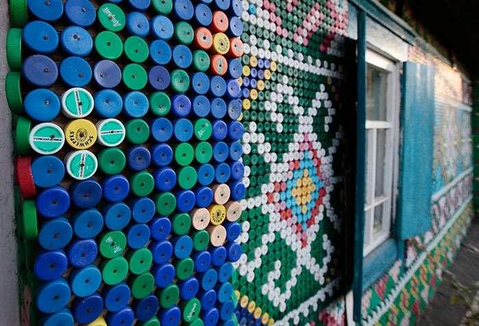 Деревенский дом с фасадом-мозаикой из бутылочных крышек.
