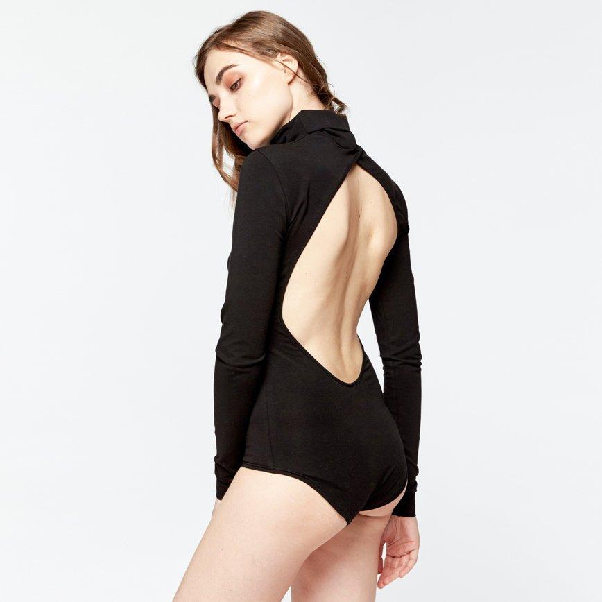 Боди-водолазка с вырезом на спине завоевывает сердца модниц